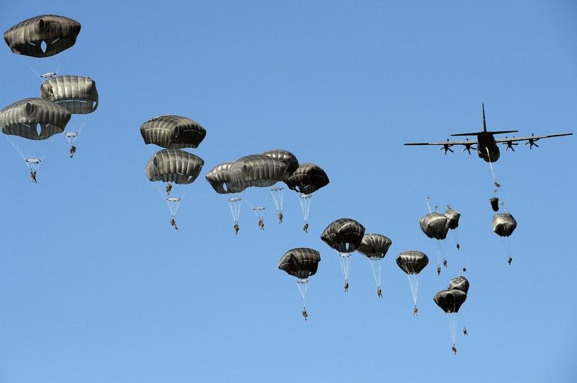 """Desant brytyjskich spadochroniarzy podczas ćwiczeń """"Anakonda-16"""" /Janek Skarżyński /AFP"""