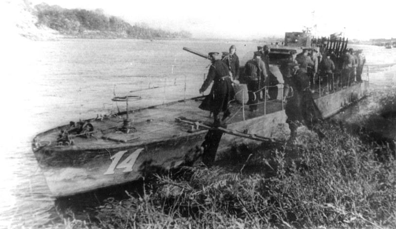Desant piechoty morskiej wchodzi na pokład kutra projektu 1125 Flotylli Dunajskiej /INTERIA.PL/materiały prasowe