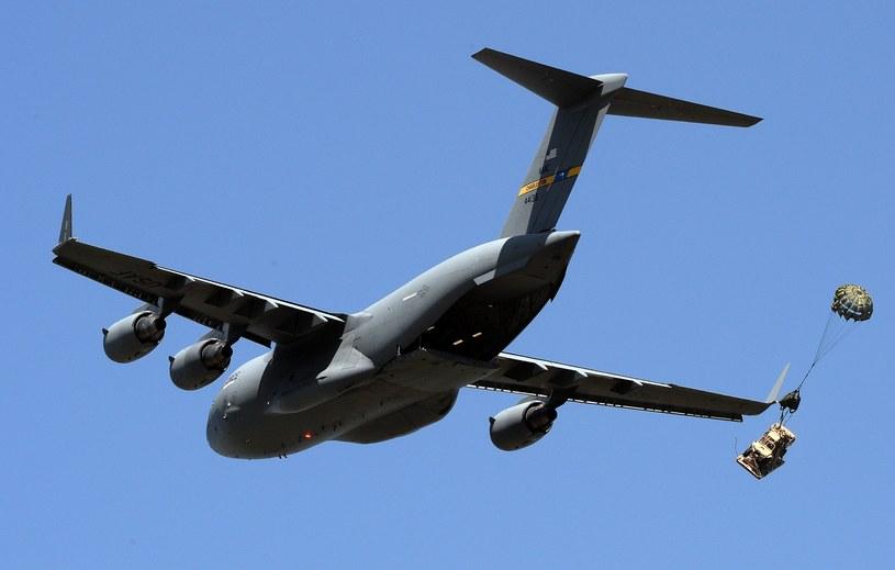 Desant zaopatrzenia z transportowca C-17 /Janek Skarżyński /AFP