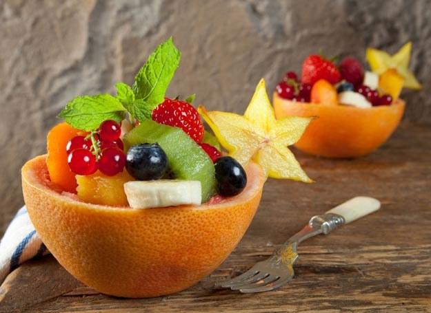 Deser w salaterce z grejpfruta /Picsel /123RF/PICSEL