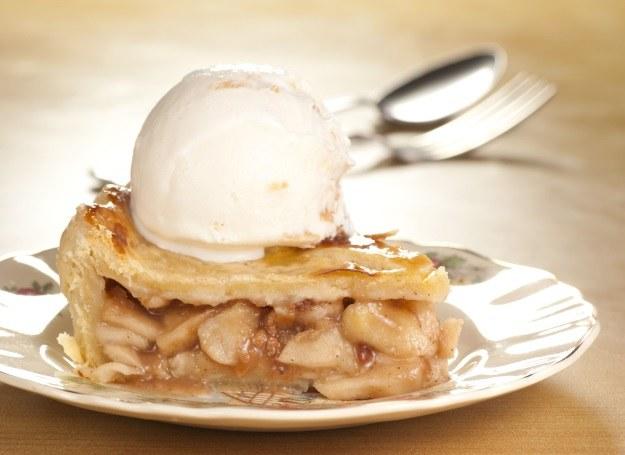 Deser z jabłkiem i lodami /123RF/PICSEL