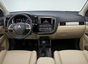 Deska Outlandera ma zwróconą w stronę kierowcy konsolę środkową. //Mitsubishi