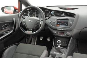 Deska rozdzielcza GT wygląda praktycznie tak samo, jak w innych wersjach. Uwagę zwracają aluminiowe nakładki na pedały, inny drążek zmiany biegów oraz napis na kierownicy. Jakość – wysoka. /Motor