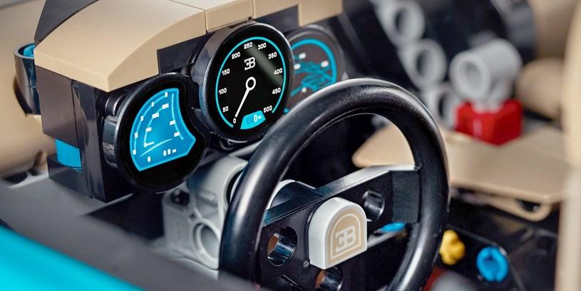 Deska rozdzielcza i kierownica, pamiętano nawet o ruchomej skrzyni biegów /INTERIA.PL