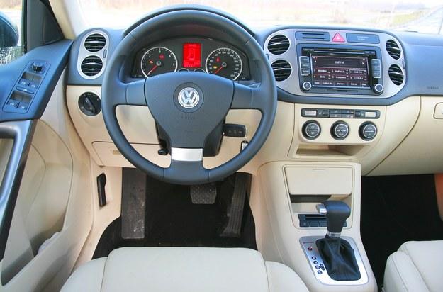 Deska rozdzielcza jest niemal identyczna jak w Volkswagenie Golfie Plus. Solidność montażu bez zarzutu, ale stylizacja pozostaje w tyle za rywalami. /Motor