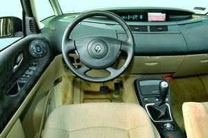 Deska rozdzielcza jest wykonana z miękkich materiałów, ale podczas jazdy skrzypi na nierównościach. /Motor