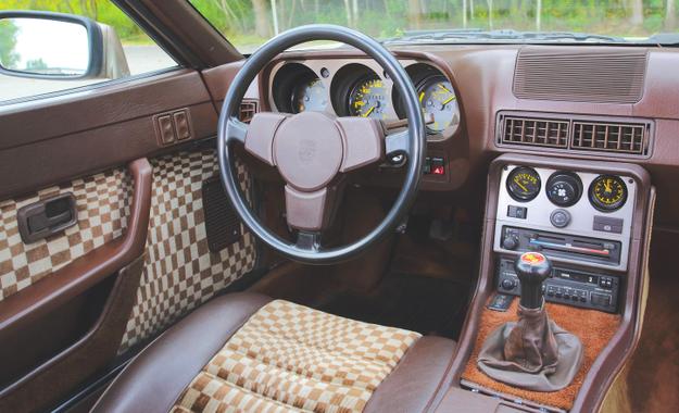 """Deska rozdzielcza najstarszego typu – kierownica jest ogromna i umieszczona  niemal idealnie pionowo. Inaczej niż w """"911"""", obrotomierz nie jest pośrodku. /Motor"""