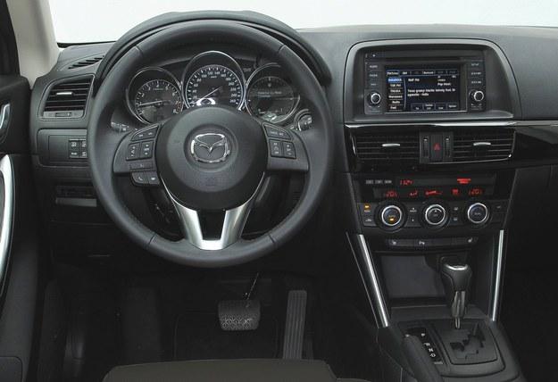 Deska rozdzielcza sprzed liftingu. Jest ergonomiczna, starannie wykonana i nowoczesna. Użytkownicy podkreślają bardzo wygodną pozycję za kierownicą. Auto świetnie sprawdza się na trasach. /Motor