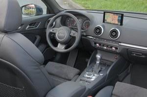 Deska rozdzielcza wygląda lekko i elegancko, mała kierownica świetnie leży w dłoniach. Jakość materiałów i dokładność wykończenia niczym we flagowej limuzynie. /Motor