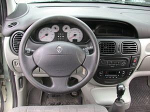 Deska rozdzielcza została zaadaptowana w całości ze zwykłej wersji. Schowek nad lewarkiem jest klimatyzowany. /Motor