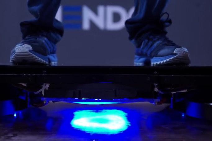 Deskolotka Hendo zostanie wyposażona w cztery specjalne silniki, które będą unosić użytkownika około 2,5 centymetra nad ziemią. /YouTube
