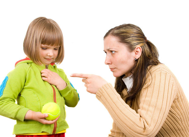 Despotyzm może przyczynić się także do tego, że dziecko będzie mieć zaniżoną samoocenę. /123RF/PICSEL
