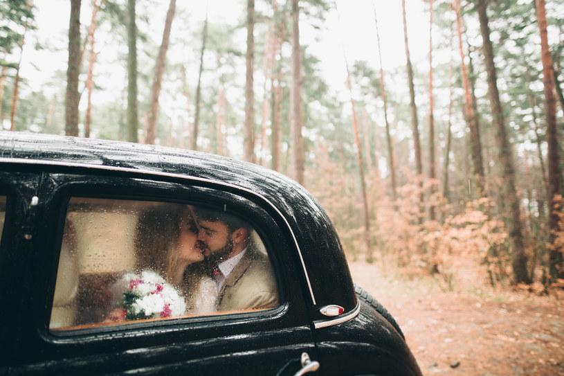 Deszcz i śnieg mogą być wspaniałym tłem ślubnej sesji fotograficznej /123RF/PICSEL