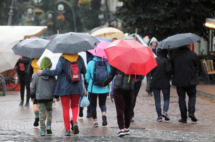 Deszczowa pogoda na Krupówkach w Zakopanem / Grzegorz Momot    /PAP