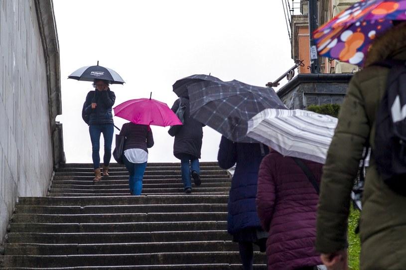 Deszczowy dzień w Warszawie, zdj. ilustracyjne /Andrzej Iwańczuk /Reporter