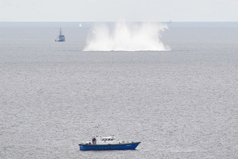 Detonacja miny morskiej z czasów II wojny światowej, która zalegała przy południowym wejściu do portu /Adam Warżawa /PAP
