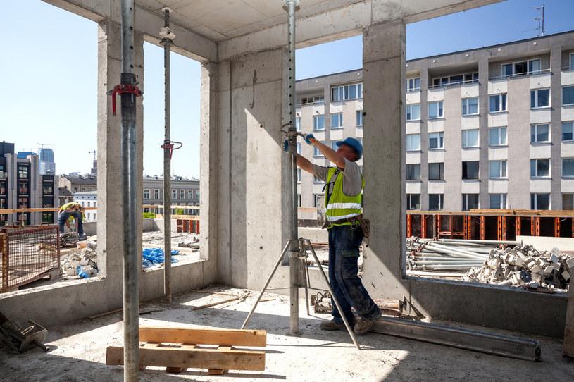 Deweloperzy budują prawie ćwierć miliona mieszkań /123RF/PICSEL