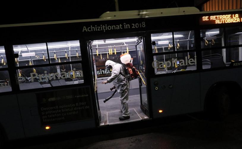 Dezynfekcja autobusu na ulicach Bukaresztu /ROBERT GHEMENT /PAP/EPA