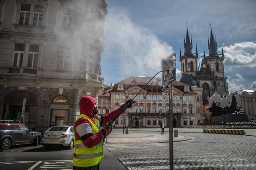 Dezynfekcja na ulicach Starego Miasta w Pradze /Martin Divisek /PAP/EPA