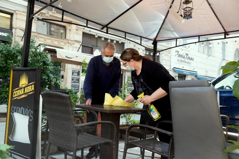 Dezynfekcja stolika w restauracji w Budapeszcie /Szilard Koszticsak /PAP/EPA