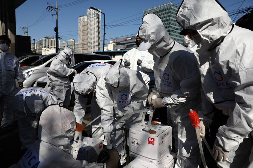Dezynfekcja ulic w Seulu, zdj. ilustracyjne /Chung Sung-Jun /Getty Images
