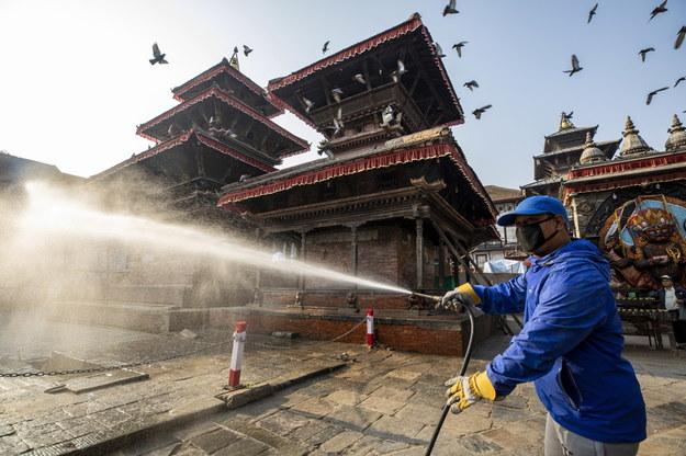 Dezynfekcja w Katmandu /Narendra Shrestha /PAP/EPA