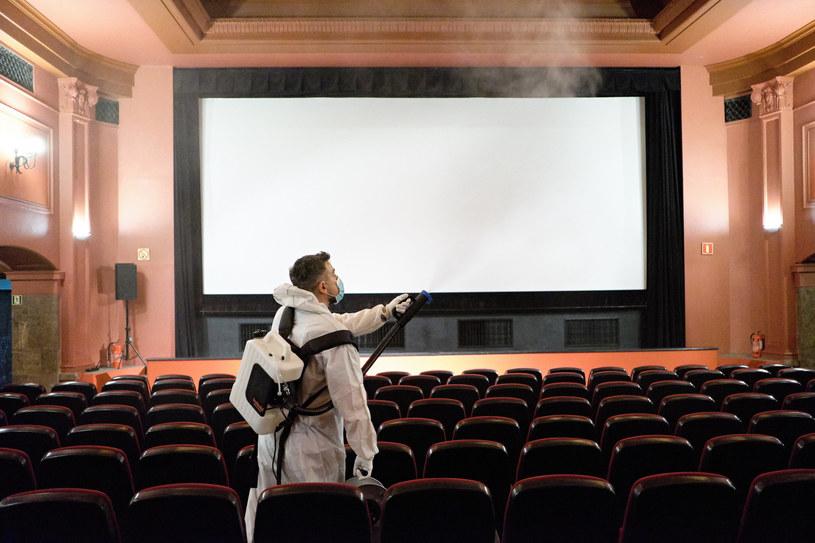 Dezynfekcja w kinie; zdj. ilustracyjne /Bartosz Krupa / East News /East News