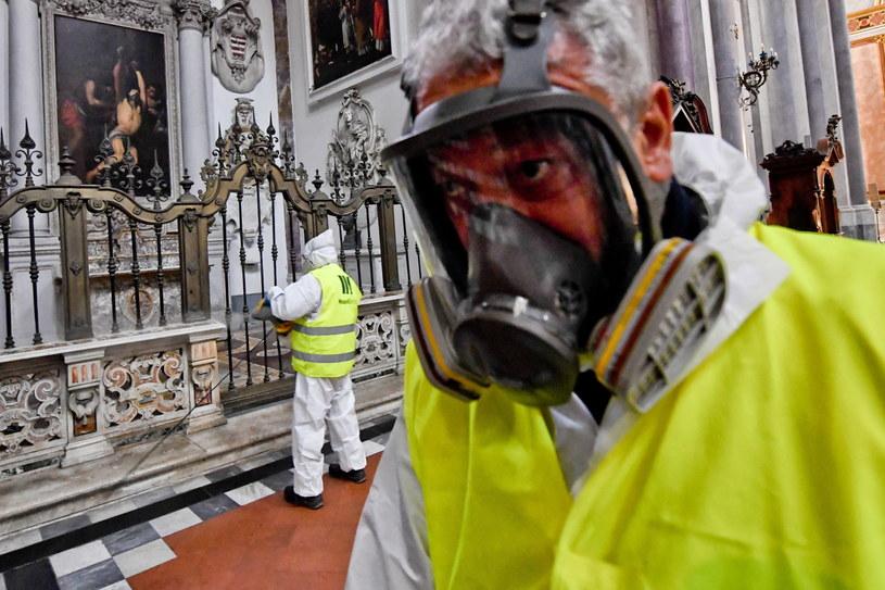 Dezynfekcja w kościele San Domenico Maggiore w Neapolu /PAP/EPA