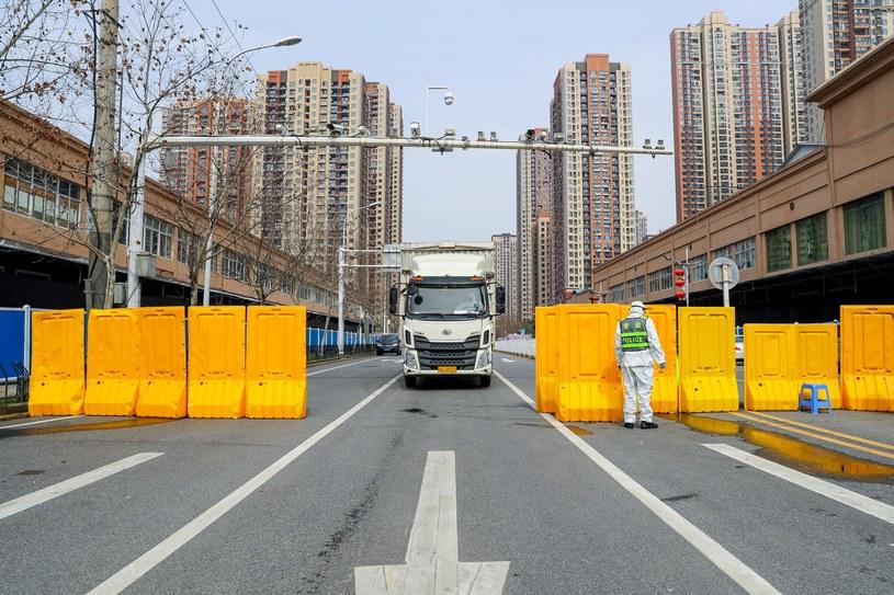 Dezynfekcja w pobliżu targu w chińskim Wuhanie /Zhang Chang/China News Service /Getty Images