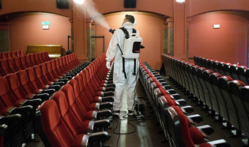 Dezynfekcja w warszawskim kinie Muranów przed otwarciem obiektu latem ubiegłego roku /Bartosz Krupa /East News