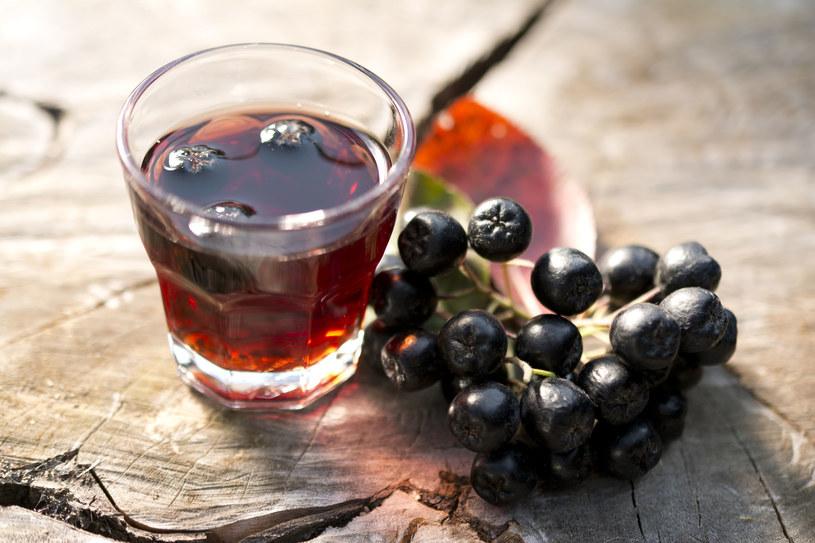 Diabetycy powinni pić sok z aronii bez dodatku cukru /123RF/PICSEL