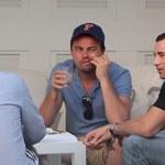 DiCaprio dłubie w zębach i pali papierosa