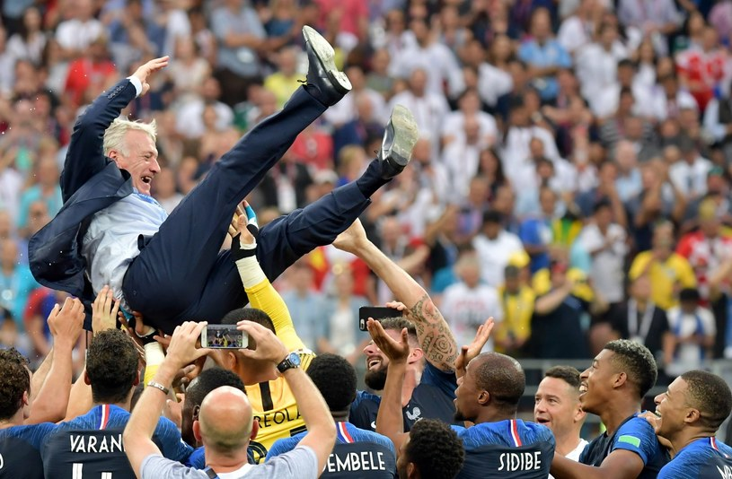 Didier Deschamps podrzucany przez swoich piłkarzy /PAP/EPA