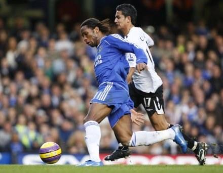 Didier Drogba i Tim Cahill walczą o piłkę. Chelsea-Everton 1:1 /AFP