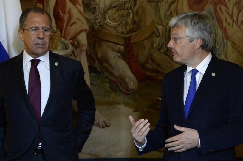 Didier Reynders (z prawej) i szef MSZ Rosji Siergiej Ławrow /AFP