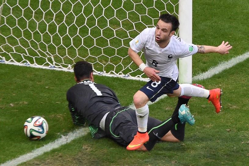 Diego Benaglio aż pięć razy wyciągał piłkę z siatki w meczu z Francją /AFP