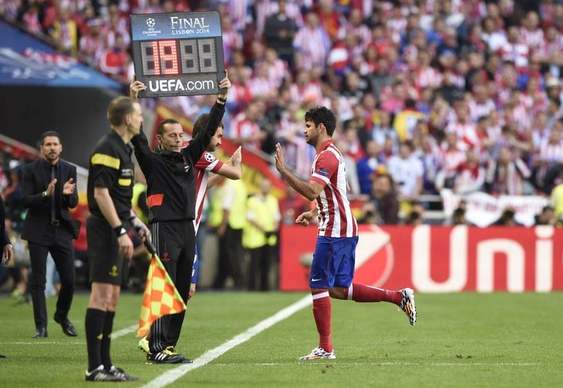 Diego Costa schodzi z boiska w Lizbonie /AFP