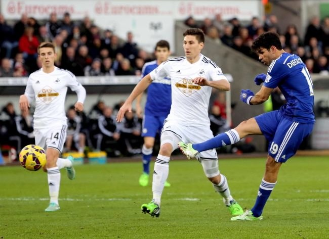 Diego Costa strzela drugiego gola dla Chelsea /PAP/EPA