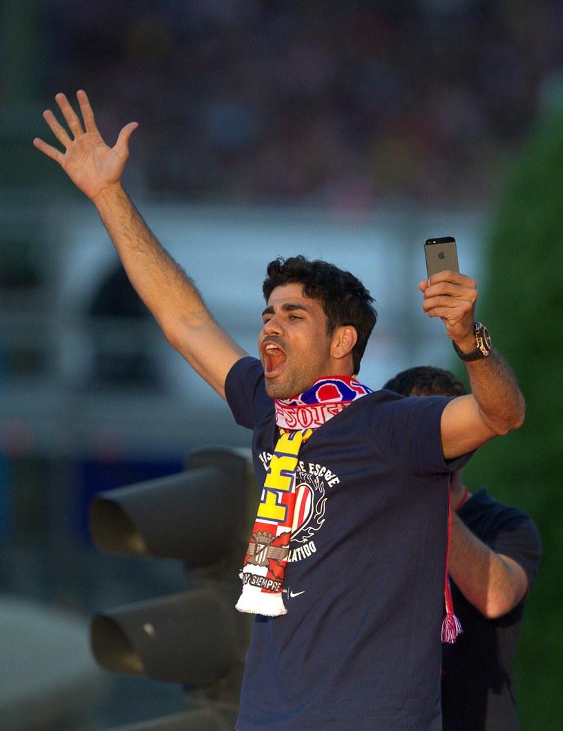 Diego Costa świętuje mistrzostwo Hiszpanii, wywalczone przez Atletico Madryt /AFP