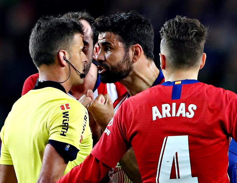 Diego Costa (w środku) znów nie potrafił utrzymać nerwów na wodzy. Obok Santiago Arias /PAP/EPA/ALBERTO ESTEVEZ /PAP/EPA