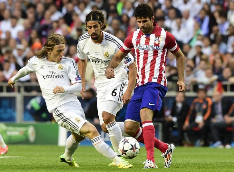 Diego Costa (z prawej) w walce z piłkarzami Realu w finale Ligi Mistrzów /AFP