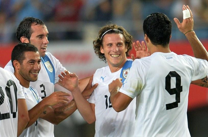 Diego Forlan (w środku) strzelił dwa gole Japończykom /AFP