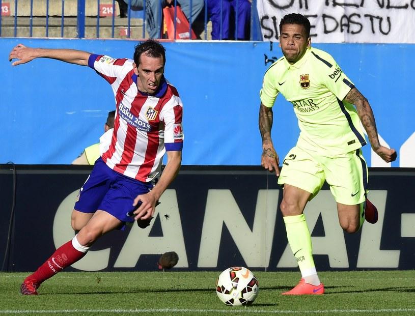 Diego Godin (z lewej) w walce o piłkę z Danim Alvesem /AFP