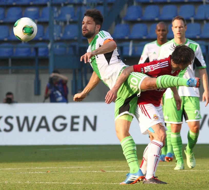 Diego (L) z VfL Wolfsburg przy piłce podczas towarzyskiego meczu z Wisłą Kraków /Jacek Bednarczyk /PAP