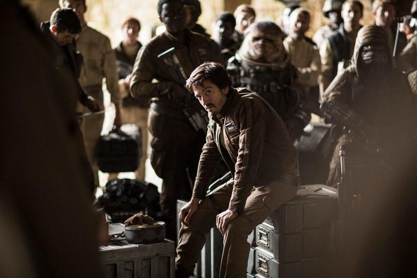 """Diego Luna jako Cassian Andor w scenie z filmu """"Łotr 1. Gwiezdne wojny - historie"""" /materiały prasowe"""