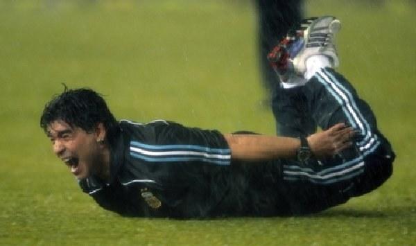 Diego Maradona cieszy się z awansu Argentyny na mundial w RPA. /AFP