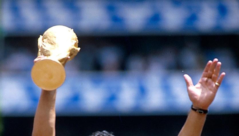 Diego Maradona nie żyje. Kibice żegnają wielkiego idola