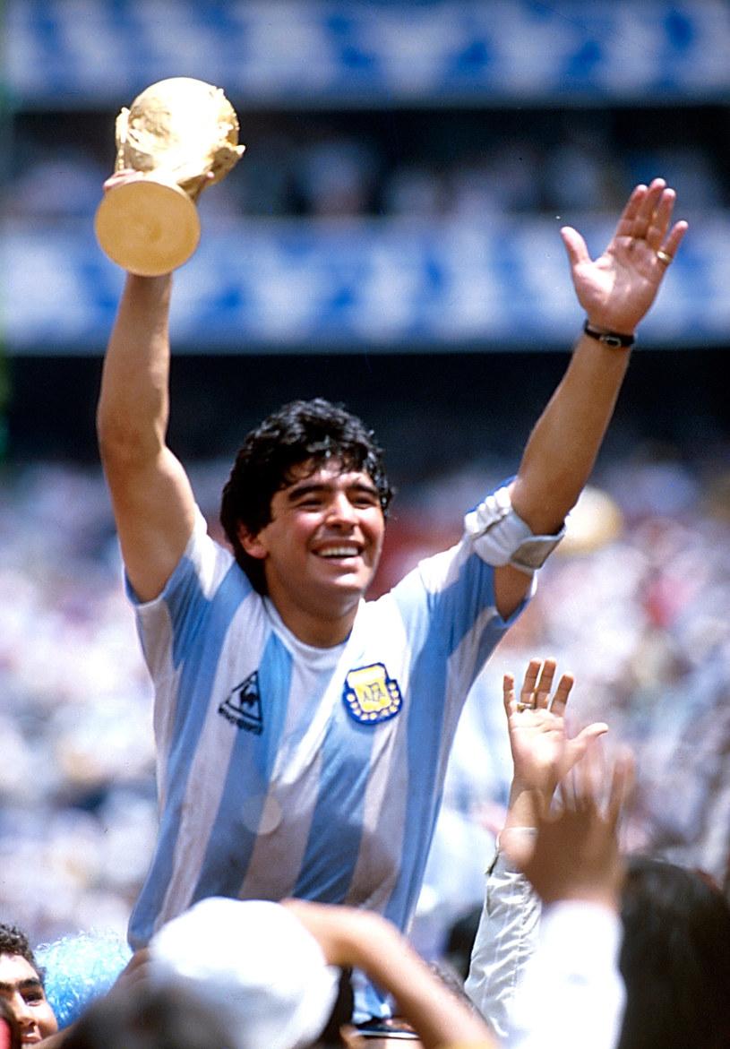 Diego Maradona z trofeum po zdobyciu mistrzostwa świata w Meksyku /Alessandro Sabattini /Getty Images