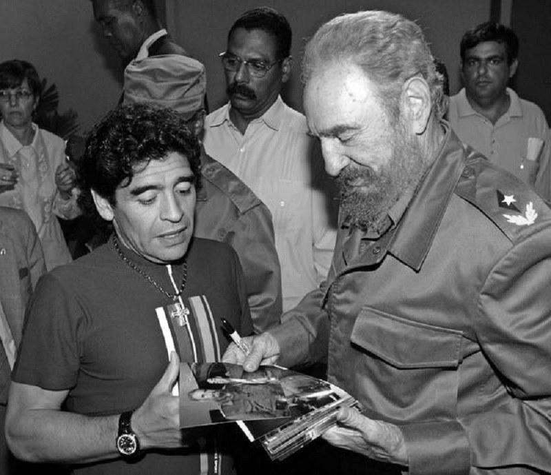 Diego Maradona z wizytą u Fidela Castro na Kubie w 2005 roku /AFP
