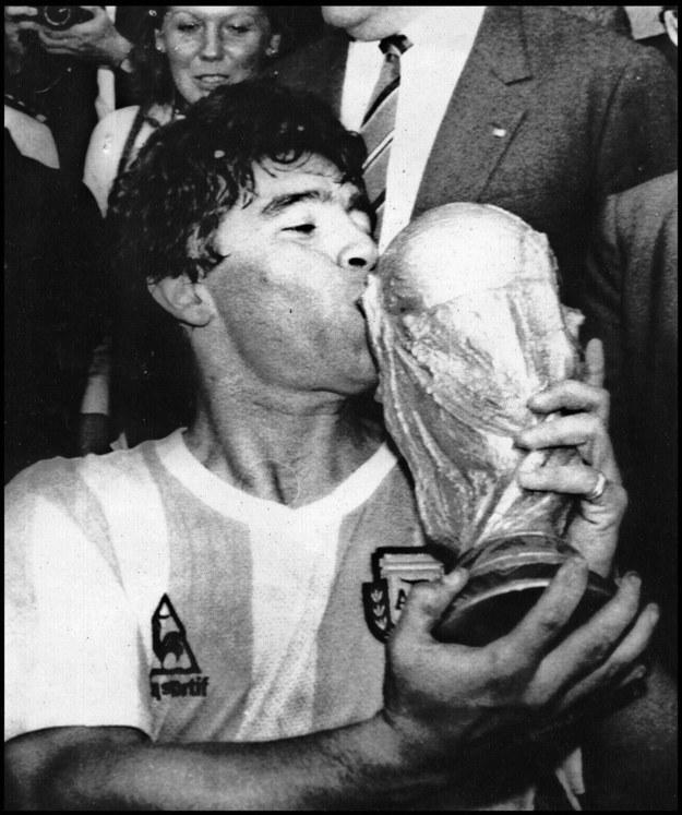 Diego Maradona zdobył z reprezentacją Argentyny mistrzostwo świata w 1986 roku /PAP/EPA